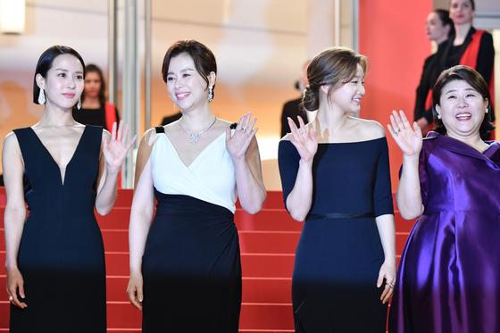 기생충의 조여정,장혜진,박소담,이정은(왼쪽부터)이 21일 칸 레드카펫에서 손을 흔들고 있다.[AFP=연합뉴스]