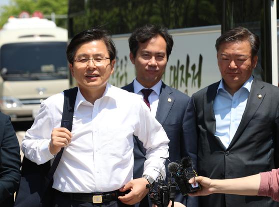 황교안 자유한국당 대표(왼쪽)가 22일 여의도 국회 본청 앞에서 '민생투쟁 버스 대장정' 출발을 위해 버스에 승차하기 전 발언하고 있다. 오종택 기자