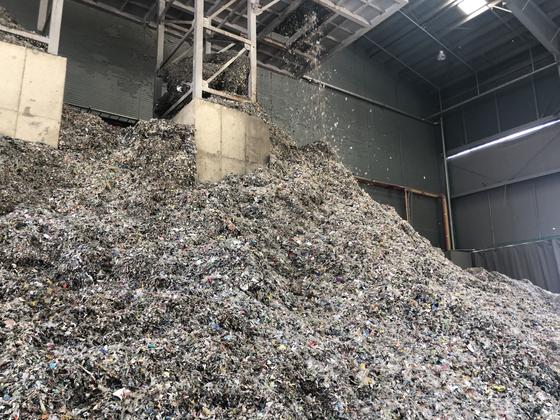 경기 용인시의 SRF 제조업체에서 쓰레기를 고형연료로 만들고 있다. 천권필 기자.