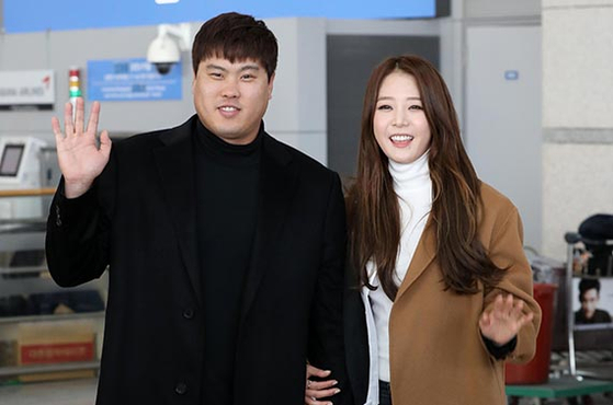 지난 1월 출국하는 류현진과 아내 배지현씨. [뉴시스]
