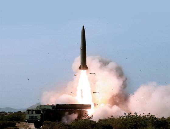 조선중앙통신은 5월 4일 동해상에서 이뤄진 전술유도무기 화력 타격 훈련 모습을 이튿날 보도했다. 사진에 등장한 무기가 '북한판 이스칸데르'로 불리는 지대지 탄도미사일이란 관측이 제기된다. / 사진:연합뉴스