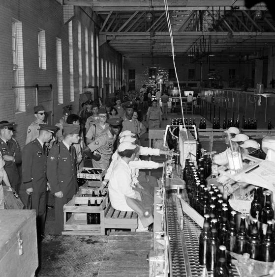 1967년 국내산업 시찰 차원으로 '조선맥주'공장을 방문한 주한유엔군 모습. [국가기록원 제공]