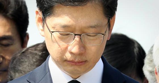 2018년 4월 20일 경남 김해시 봉하마을을 찾아 고 노무현 전 대통령 묘역을 찾은 김경수 지사. [뉴스1]