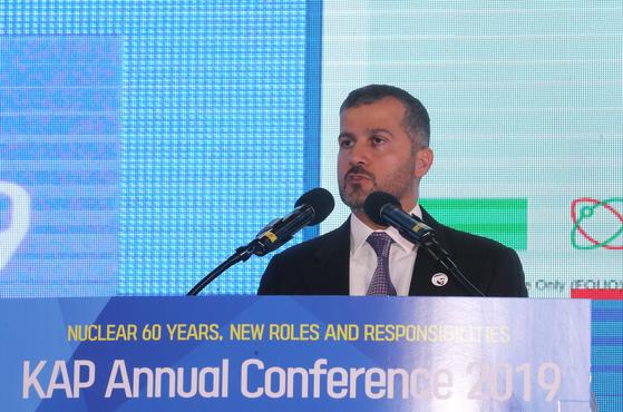 22일 제주 서귀포 제주국제컨벤션센터에서 열린 '2019 한국원자력연차대회'에서 모하메드 알 하마디 아랍에미리트(UAE) 원자력에너지공사(ENEC) 사장이 'UAE의 평화적인 원자력 에너지 프로그램의 역사와 추진현황'을 주제로 기조 강연을 하고 있다.[연합뉴스]