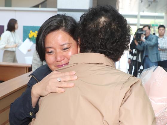41년 전 프랑스로 입양된 제시카 브룬(47)씨가 22일 전북 전주시 효자동 전북경찰청 1층에서 고모(78)와 만나고 있다. 제시카가 찾던 친부는 2009년 사망한 것으로 확인됐다. [연합뉴스]