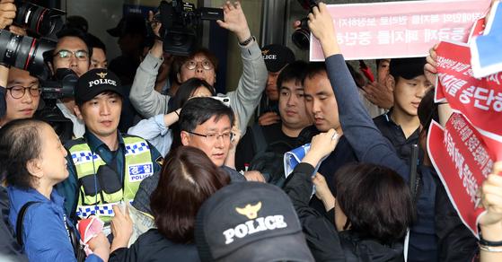 21일 서울 여의도 더불어민주당 당사 앞에서 열린 목포에서 봉하까지 '민주주의의 길' 출정식에서 장애인단체 회원들이 '우리도 함께 가자'며 김성한 의원 앞에서 피켓시위를 하고 있다. [뉴스1]