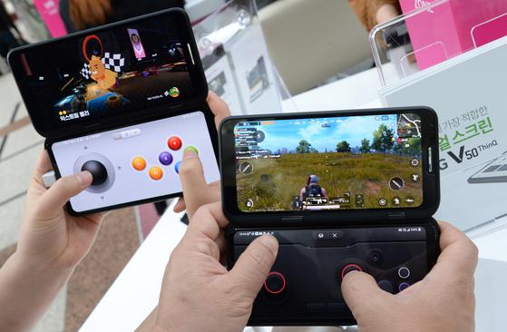 듀얼 스크린으로 'LG 게임패드'를 구동하면 타격감을 실감나게 느낄 수 있다. [사진 LG전자]