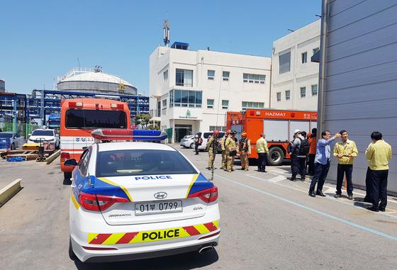 22일 오전 10시20분께 충남 서산시 대산읍 KPX그린케미칼에서 암모니아가 유출됐다. 공장 안에서 경찰과 소방 당국자 등이 사고 경위를 확인하고 있다. [연합뉴스]