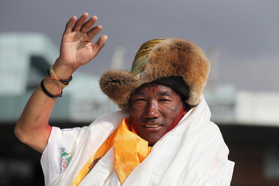 에베레스트산을 24번째 등정하며 세계 신기록을 세운 카미 리타. [AP=연합뉴스]