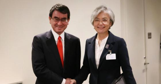 강경화 외교부 장관과 고노 다로 일본 외무상이 뉴욕에서 열린 회담에 앞서 악수를 하고 있다. [사진 외교부 제공]