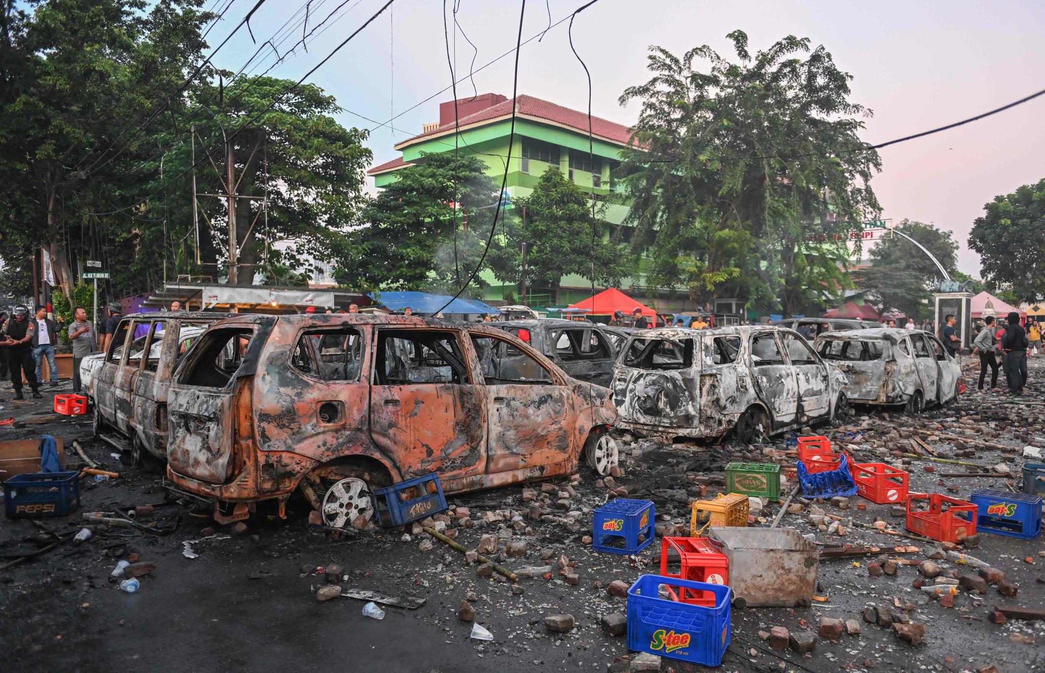 인도네시아 대선 결과에 불복한 야권 지지자들이 시위를 벌이는 동안 불에 탄 차량이 22일(현지시간) 자카르타 선거감독위원회 인근에 방치 돼 있다. [AFP=연합뉴스]