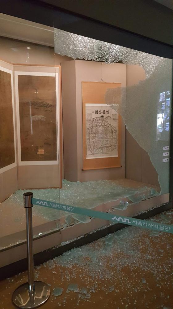 4월 20일 서울역사박물관 3층 전시실에서 강화유리가 산산조각나 진열된 문화재가 훼손되는 사고가 발생했다. [서울역사박물관 제공]