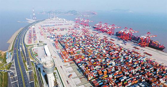 중국이 빠른 속도로 글로벌 물류 제국을 구축해 나가고 있다. 사진은 상하이 양산항의 모습. 연간 화물처리 능력 1842만TEU의 양산항은 스마트 항만 자동화의 글로벌 선두주자로 꼽힌다. [신화통신=연합뉴스]