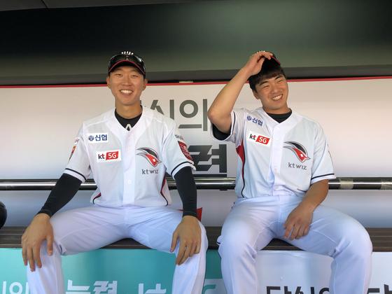 KT 이적 후 처음으로 유니폼을 입은 박승욱(왼쪽)과 조한욱