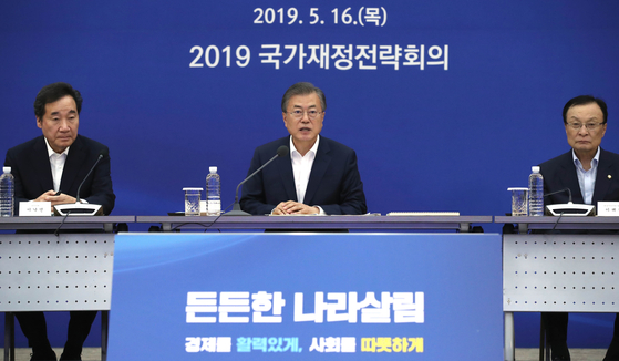 16일 오후 충남 세종시 정부세종컨벤션센터에서 열린 2019 국가재정전략회의에서 문재인 대통령(가운데)이 모두발언을 하고 있다. [청와대사진기자단]