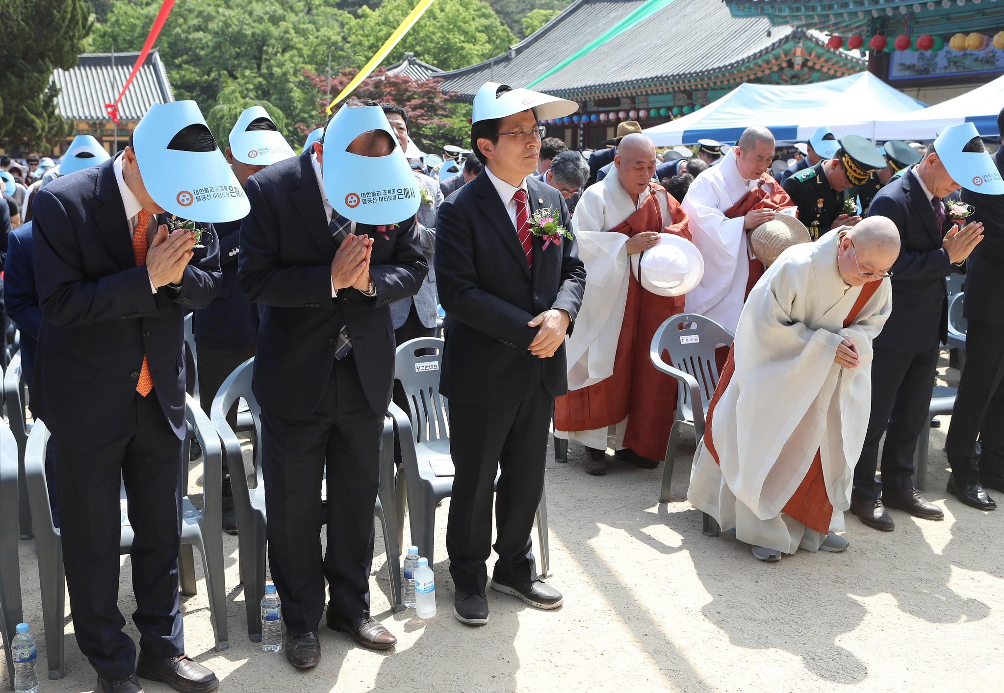 황교안 자유한국당 대표가 부처님오신날인 지난 12일 오후 경북 영천시 은해사를 찾아 봉축 법요식에 참석하고 있다. [연합뉴스]