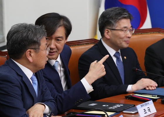 20일 오전 국회에서 '경찰개혁의 성과와 과제'를 주제로 당정청 협의회가 열렸다. 강기정 정무수석, 조국 민정수석(왼쪽부터)이 기념촬영 자리를 가리키고 있다. 오종택 기자