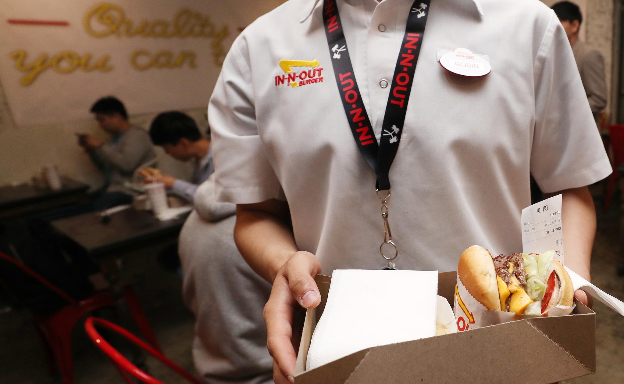 매장 직원이 햄버거를 한 시민에게 건네고 있다. 김경록 기자