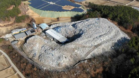 경북 의성군 단밀면 한 폐기물 처리장에 쓰레기가 산처럼 쌓여 방치된 모습. [연합뉴스]