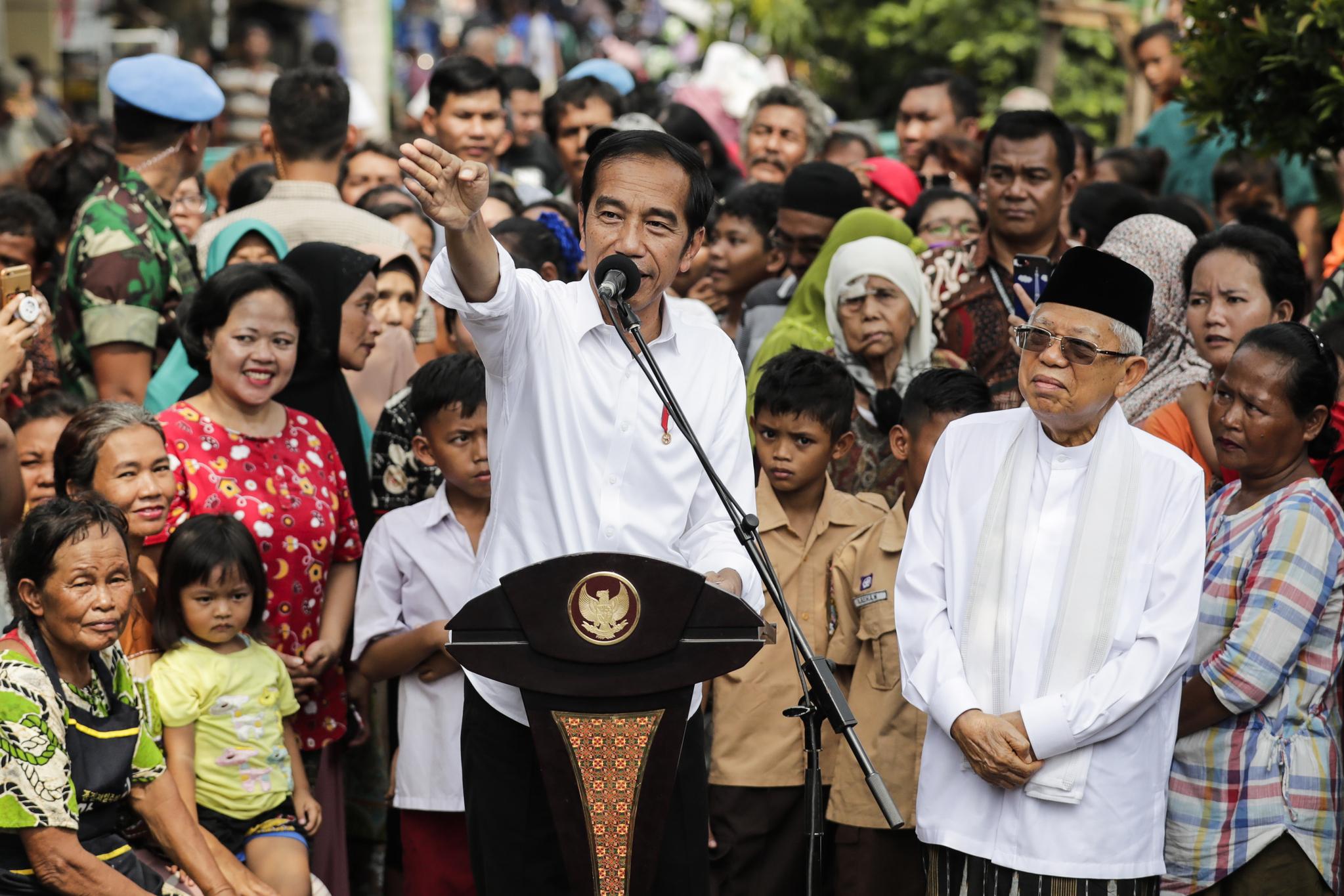 재임에 성공한 조코 위도도 인도네시아 대통령(가운데)이 21일(현지시간) 자카르타 빈민가에서 승리 연설을 하고 있다. [EPA=연합뉴스]
