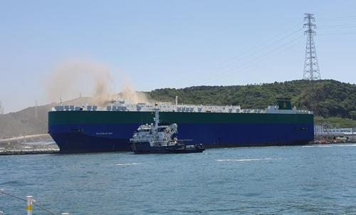 울산 현대자동차 차량 수송용 선박에서 불이 나 연기가 치솟고 있다. [사진 울산 해경]