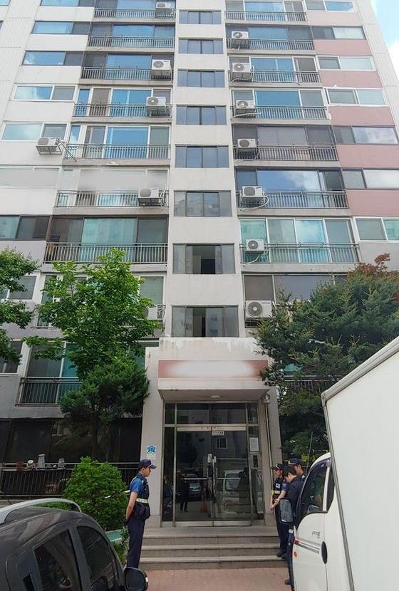 일가족 3명이 사망한 의정부 아파트 입구에 경찰이 서있다. [뉴시스]
