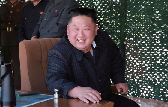 김정은 북한 국무위원장이 5월 9일 '조선인민군 전연(전방) 및 서부전선방어부대들의 화력타격훈련'을 참관하고 있다. / 사진:연합뉴스