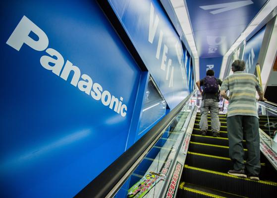일본 가나가와현 요코하마시의 한 전자제품 매장 엘리베이터 옆에 파나소닉 광고물이 붙어 있다. [EPA=연합뉴스]