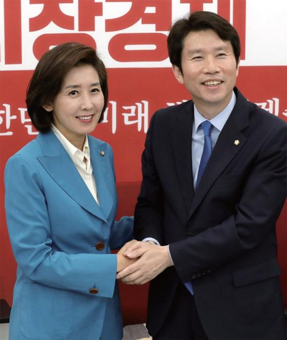 5월 9일 국회 한국당 원내대표실을 찾은 이인영 민주당 원내대표가 나경원 원내대표와 손을 잡고 있다. / 사진:연합뉴스
