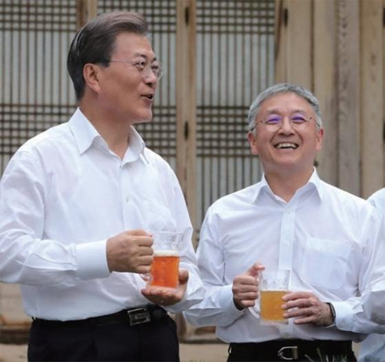 1500억원에 달하는 상속세 납부를 선언한 함영준 오뚜기 회장(오른쪽)은 2017년 문재인 대통령의 초청을 받았다.