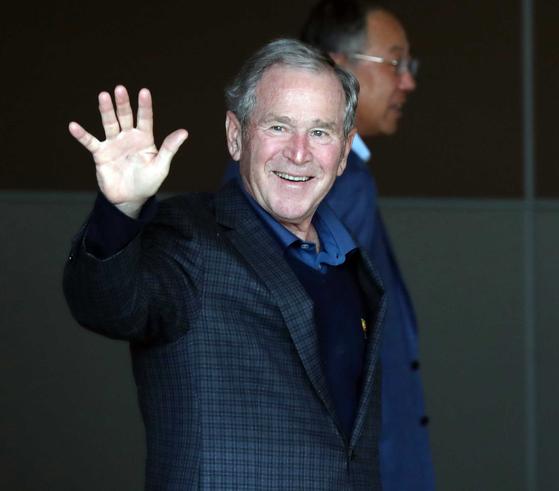 조지 부시 전 미국 대통령이 22일 오후 노무현 전 대톨령 추도식에 참석하기 위해 서울 김포국제공항을 통해 입국하고 있다. 변선구 기자