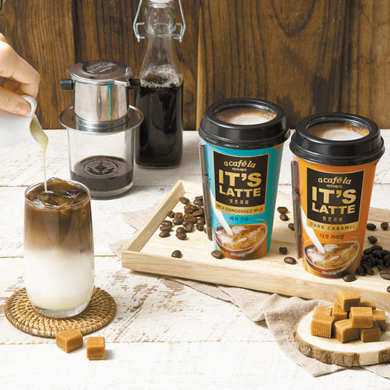 빙그레의 RTD 커피 브랜드 아카페라가 커피·우유의 조화에 초점을 맞춘 컵 커피 '아카페라 잇츠라떼'를 출시했다. '리치 연유'(왼쪽)와 '다크 카라멜' 2종으로 구성됐다. [사진 빙그레]