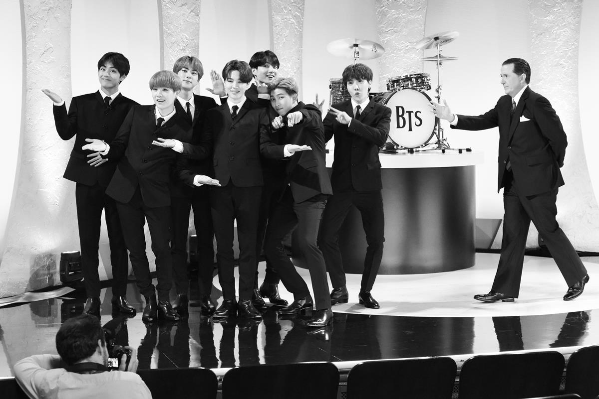 그룹 방탄소년단이 15일 미국 뉴욕 맨해튼 에드 설리번 극장에서 열린 CBS 인기 토크쇼 스티븐 콜베어쇼에서 밴드 비틀스를 연상시키는 무대를 펼치고 있다. [NBC/Scott Kowalchyk 제공]