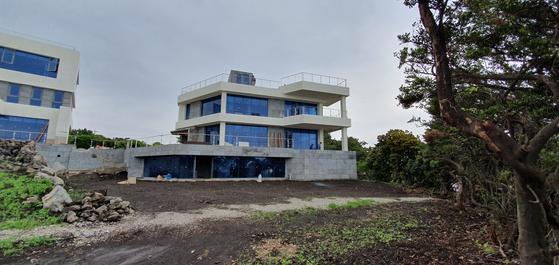 타임폴리오자산운용이 제주 위미리 해안가에 건축중인 단독주택 모습. [조강수 기자]