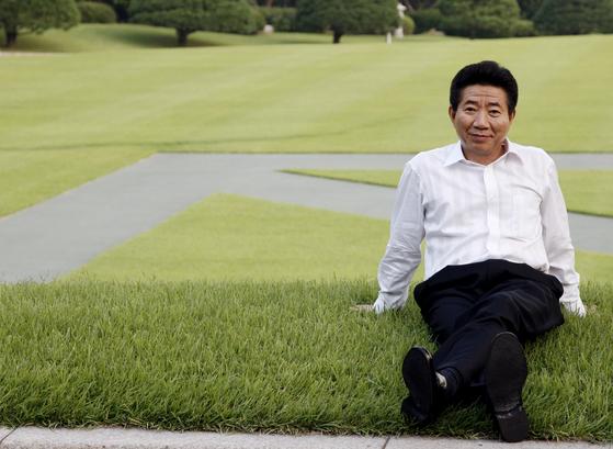 지난 2007년 9월 청와대 본관 잔디밭에서 업무를 마친 후 휴식을 취하고 있는 모습. [연합뉴스]