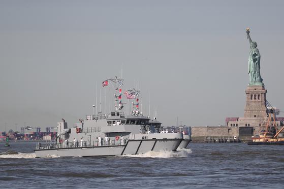 22일(현지시간) 미국 뉴욕에서 함대 주간을 맞아 입항한 미 해군 초계함이 자유의 여신상 앞을 지나고 있다. [로이터=연합뉴스]