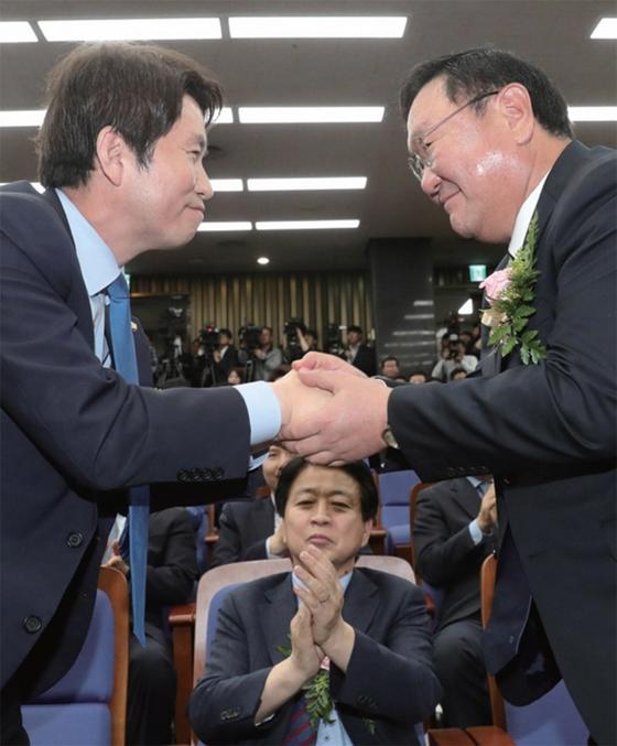 5월 8일 민주당 원내대표 선거 직후 이인영 당선인(왼쪽)이 김태년 후보에게 축하 인사를 받고 있다. / 사진:연합뉴스