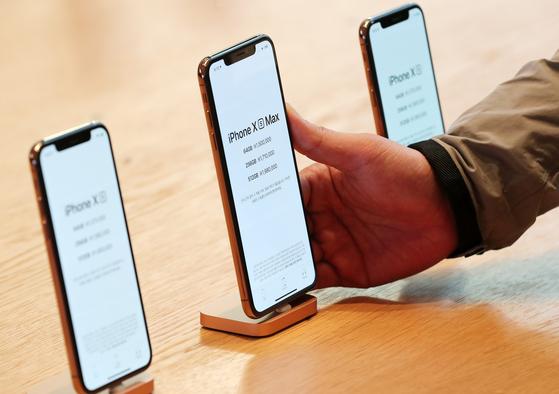 애플 신제품 아이폰 Xs·Xs 맥스·아이폰 XR 등이 정식 출시된 지난해 11월 2일 오전 서울 강남구 신사동 애플 가로수길 매장에서 한 시민이 제품을 둘러보고 있다. [뉴스1]