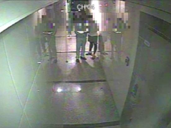 21일 오전 대구 북구 태전동 한 빌라 건물 1층 복도에서 민원인이 A경위의 조끼 아래로 뭔가를 집어넣는 장면이 폐쇄회로TV(CCTV)에 포착됐다. [중앙포토]