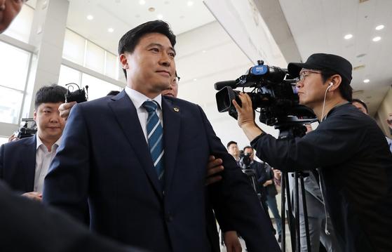 프로축구단 대전시티즌 선수 선발에 개입했다는 의혹을 받는 김종천 대전시의회 의장이 23일 오전 경찰 조사를 받기 위해 대전지방경찰청으로 들어가고 있다. [연합뉴스]