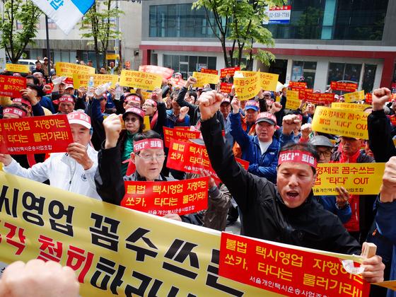 서울특별시 개인택시 운송조합이 지난달 말 서울 성수동 쏘카 서울사무소 앞에서 기사포함 렌터카 대여 서비스 '타다' 서비스 중단을 촉구하는 집회를 열고 있다. [뉴스1]