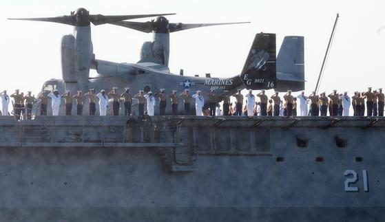 22일(현지시간) 미국 뉴욕 허드슨강에서 함대 주간을 맞아 입항한 해군과 선원들이 경례를 하고 있다. AFP=연합뉴스]