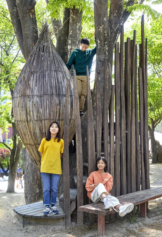 박하형(위) 학생기자, 홍예린(아래 왼쪽)·이수경 학생기자가 오디세이학교가 있는 서울혁신파크 운동장 나무 조형물에 자유롭게 서거나 앉았다.