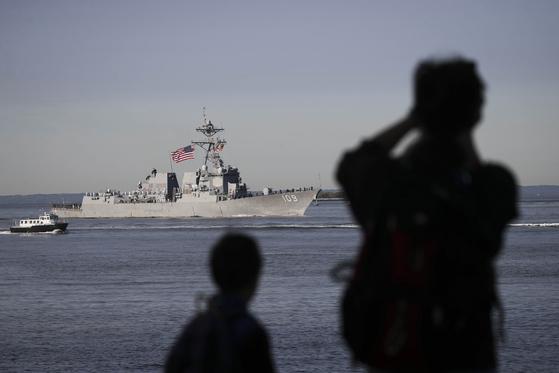 22일(현지시간) 미국 뉴욕에서 시민들이 허드스강에 입항한 미 해군 구축함을 지켜보고 있다. [AFP=연합뉴스]