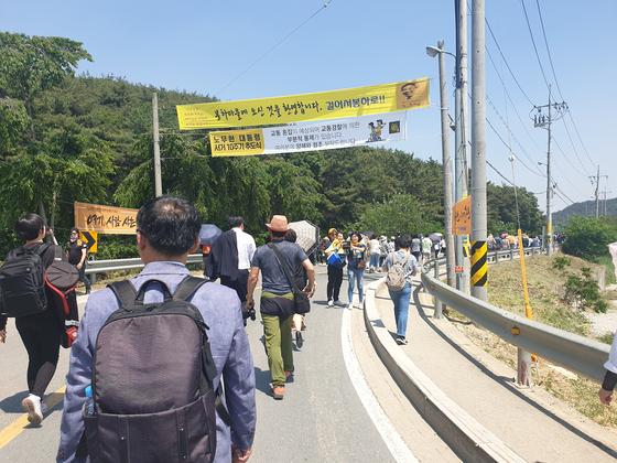 봉하마을 입구에서 걸어가는 추모객들. 이우림 기자