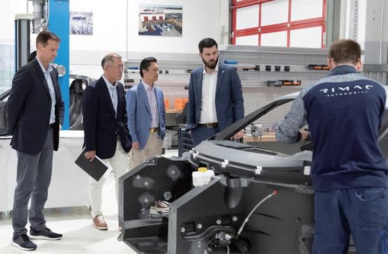정의선 현대차 수석부회장(왼쪽 두 번째)이 5월 14일 크로아티아의 전기차 작업 현장을 참관하고 있다. 정 수석부회장은 실적과 더불어 3세 경영자로서 그룹 지배력을 유지해야 한다./사진:현대기아차