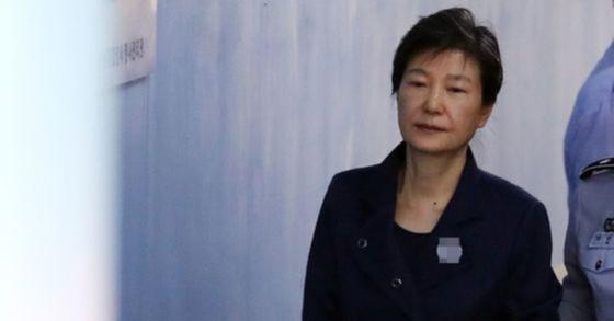 지난 2017년 10월 박근혜 전 대통령이 구속 연장 후 첫 공판에 출석하기 서울중앙지법에 들어서고 있다. [연합뉴스]