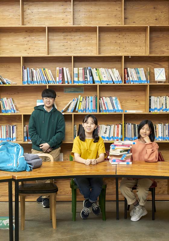 박하형·홍예린·이수경(왼쪽부터) 학생기자가 오디세이학교 학생들이 이용할 수 있는 도서관을 둘러봤다.
