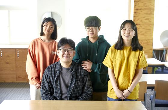 (왼쪽부터) 이수경 학생기자, 윤태호 선생님, 박하형·홍예린 학생기자가 오디세이학교 교실에서 카메라를 향해 웃어 보였다.