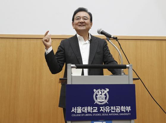 홍석현 중앙홀딩스 회장이 22일 서울대 멀티미디어강의동에서 '대한민국 100년, 2048'을 주제로 강연하고 있다. 임현동 기자